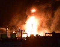 В Японии горит нефтеперерабатывающий завод