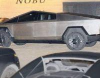 Илон Маск и певица Граймс катались по Малибу в новой Tesla Cybertruck